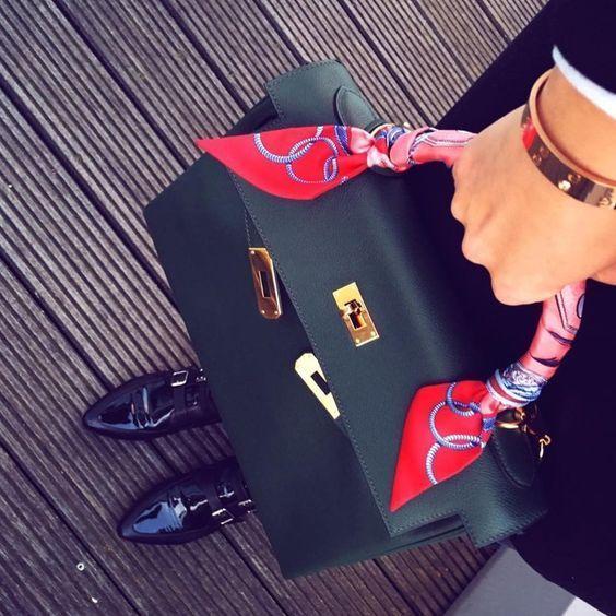 esarfa pe geanta